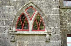 Kamień twarze wspierają ten łukowatego okno zdjęcia royalty free