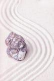 Kamień w świetnym piasku zen ogród z falowymi wzorami Zdjęcie Stock