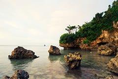 Kamień w morzu z Żeglowaniem Zdjęcia Stock