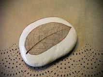 Kamień z liścia koścem Zdjęcia Royalty Free