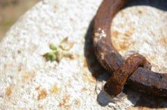 Kamień z starym ośniedziałym metalem Zdjęcia Stock
