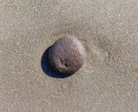 Kamień na oceanu piasku Zdjęcia Stock