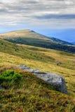 Kamień przy sposobem daleka góra Fotografia Royalty Free