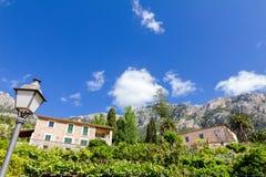 Kamieni domy z luksusowym ogródem w Mallorca z widokiem górskim zdjęcia stock