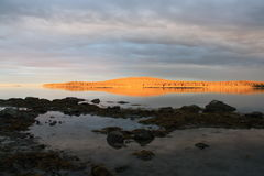Kamieni drzew pustkowia wyspy plaży krajobraz Zdjęcia Royalty Free