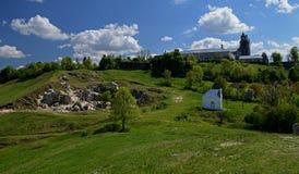 Kamieni kroków prowadzenie stara jama w górze w lesie z zielonymi drzewami obraz royalty free