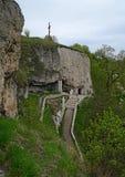 Kamieni krok?w prowadzenie stara jama w g?rze w lesie z zielonymi drzewami zdjęcia royalty free