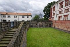 Kamieni kroki budynek nad gazon Fotografia Royalty Free
