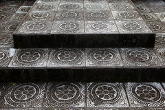 Kamieni kroki z tradycyjnym wzorem świątynia w Bali Tirta Gangga zdjęcie stock