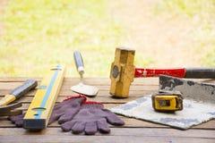 Kamieniarstwa narzędziowy tło tak jak rękawiczka, taśma młot z i miara kielnią, poziom i etc i Tło rzemieślnika narzędzie Obraz Royalty Free