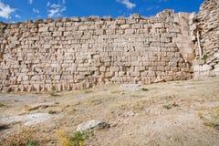 Kamieniarstwo ściana miasto fortyfikacja z cegłami różny rozmiaru i tekstury ander niebieskie niebo obrazy royalty free