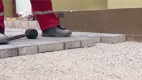 Kamieniarz ręki dostosowywają fliz zdjęcie wideo