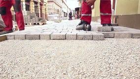 Kamieniarz ręki dostosowywają fliz zbiory wideo