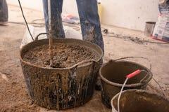Kamieniarz ugniata cementowego moździerz dla nalewać betonowego screed zdjęcie stock