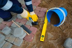 Kamieniarza pracownik robi chodniczka brukowi Fotografia Stock