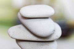 Kamienie balansują przy rocznik plażą, inspiracyjny lato krajobraz zdjęcie stock