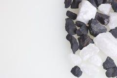 Kamienie dla gospodarstwa domowego cleaning i mineralizaci woda Kryształy są czarny i biały Obrazy Royalty Free