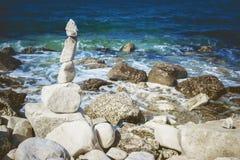 Kamienie górują na otoczak plaży z Adriatyckim morzem w tle Obrazy Stock