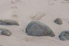 Kamienie na piaska piaska dennej teksturze kamienna tła zakończenia norma fotografia royalty free