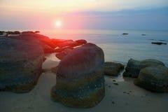 Kamienie na plaży przy zmierzchem zdjęcia stock