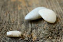 Kamienie odizolowywający na drewnianym tle Fotografia Stock