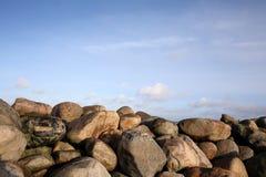 Kamienie przy Øresund przy Kronborg kasztelem Zdjęcia Royalty Free