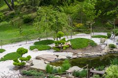 Kamienie, stawy i dekoracyjni drzewa, instaluj? w Japo?skim stylu ogr?d botaniczny kyiv zdjęcie royalty free