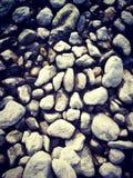 Kamienie w banku rzeka obrazy stock