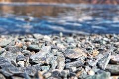 Kamienie w górę zakończenia przy błękitnymi wodami obraz stock