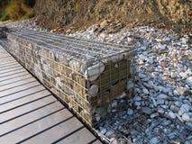 Kamienie w metalu drutu klatce - Stalowa siatka gabion ściana Fotografia Stock