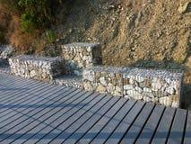 Kamienie w metalu drutu klatce - Stalowa siatka gabion ściana Zdjęcia Royalty Free