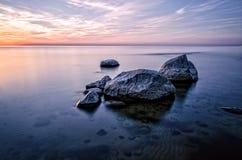 Kamienie w morzu przy zmierzchem Zdjęcie Stock