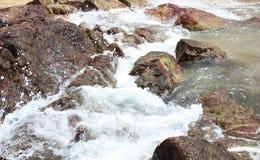 Kamienie w morzu, woda bryzgają na kamieniach Zdjęcia Royalty Free