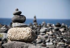 Kamienie w oceanu wybrzeżu obrazy royalty free