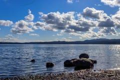 Kamienie zanurzający w jeziorze zdjęcie stock