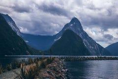 Kamienista ścieżka wśród wodnych pobliskich gór zdjęcie royalty free