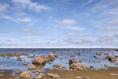 Kamienista plaża na słonecznym dniu zdjęcia stock