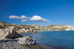 Kamienista plaża z skałami Zdjęcia Royalty Free