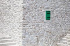 Kamienisty biały tło z małym zielonym okno Zdjęcie Royalty Free