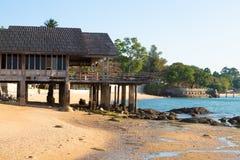 Kamienisty Seashore z pięknym zaniechanym domem, Tajlandia, Pattaya zdjęcia stock