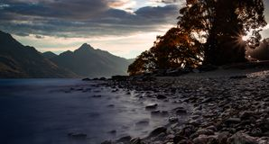 Kamienisty wybrzeże rzeczna pobliska góra zdjęcie stock