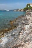 Kamienisty wybrzeże podpalany Cala Xinxell Mallorca, Hiszpania Zdjęcie Stock