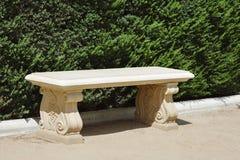 Kamienna ławka Pusta na słonecznym dniu fotografia royalty free