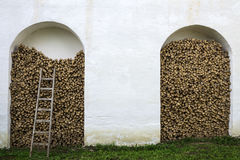Kamienna ściana, łupka i drewniany schody, Zdjęcia Stock