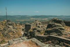 Kamienna ściana i antena na szczycie zakrywającym skałami przy Monsanto fotografia stock