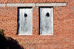 Kamienna ściana i błękitna nadokienna żaluzja Tradycyjny dom fotografia royalty free