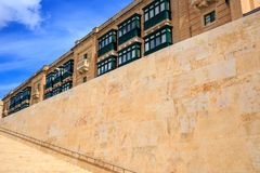 Kamienna ściana i schodki w Valletta, Malta Pusty schody dla tła Zdjęcia Royalty Free