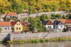 Kamienna ściana na Labe brzeg rzeki w Melnik mieście w jesiennym czeskim krajobrazie Obraz Royalty Free