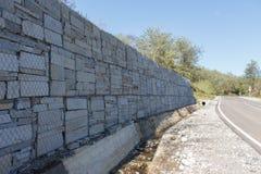 Kamienna ściana przy drogą Zdjęcie Royalty Free