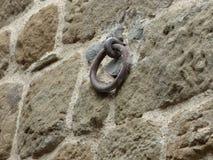 Kamienna ściana z średniowiecznym żelazo pierścionkiem fotografia stock